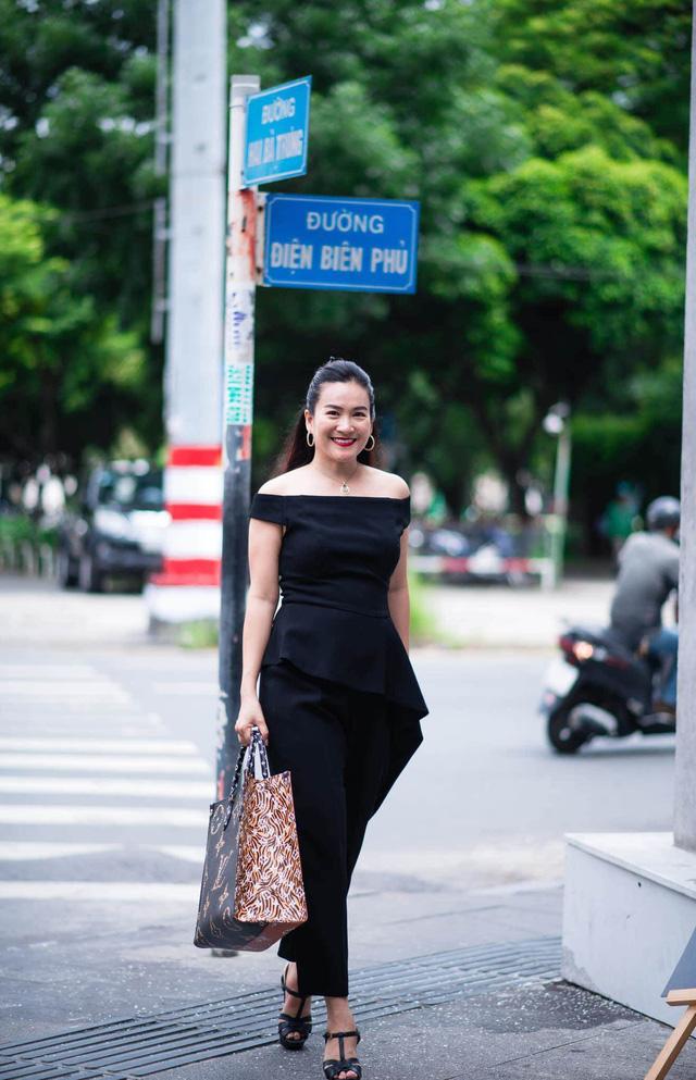 """Vợ đại gia của Bình Minh ngày thường theo style """"bánh bèo"""", nay mặc quần rách trẻ hơn cả chồng - Ảnh 3."""