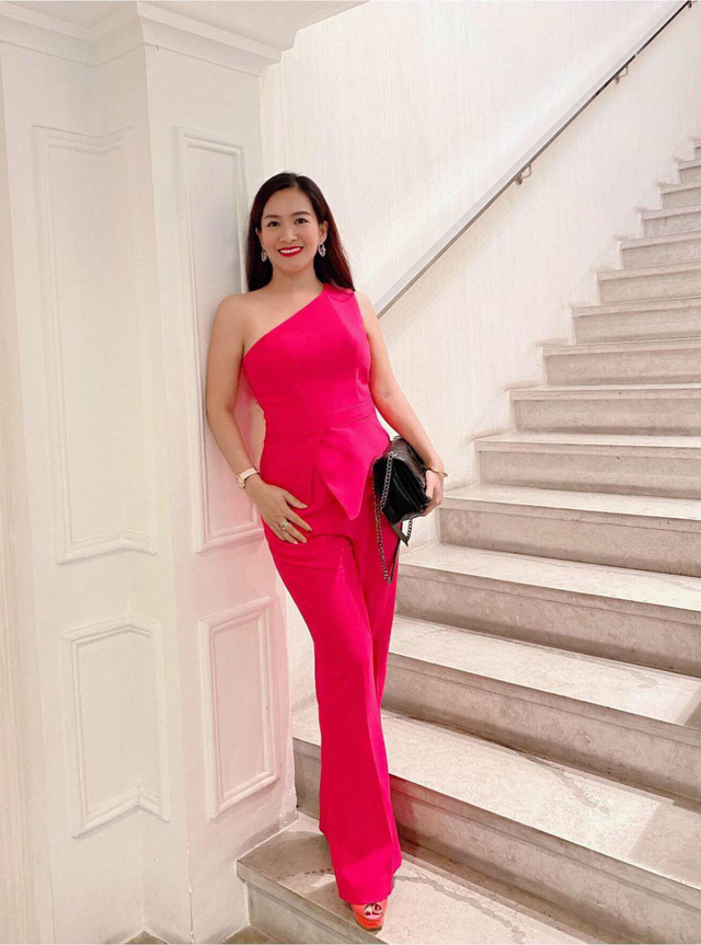 """Vợ đại gia của Bình Minh ngày thường theo style """"bánh bèo"""", nay mặc quần rách trẻ hơn cả chồng - Ảnh 2."""