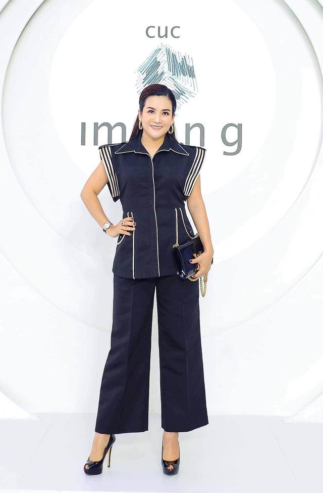 """Vợ đại gia của Bình Minh ngày thường theo style """"bánh bèo"""", nay mặc quần rách trẻ hơn cả chồng - Ảnh 5."""