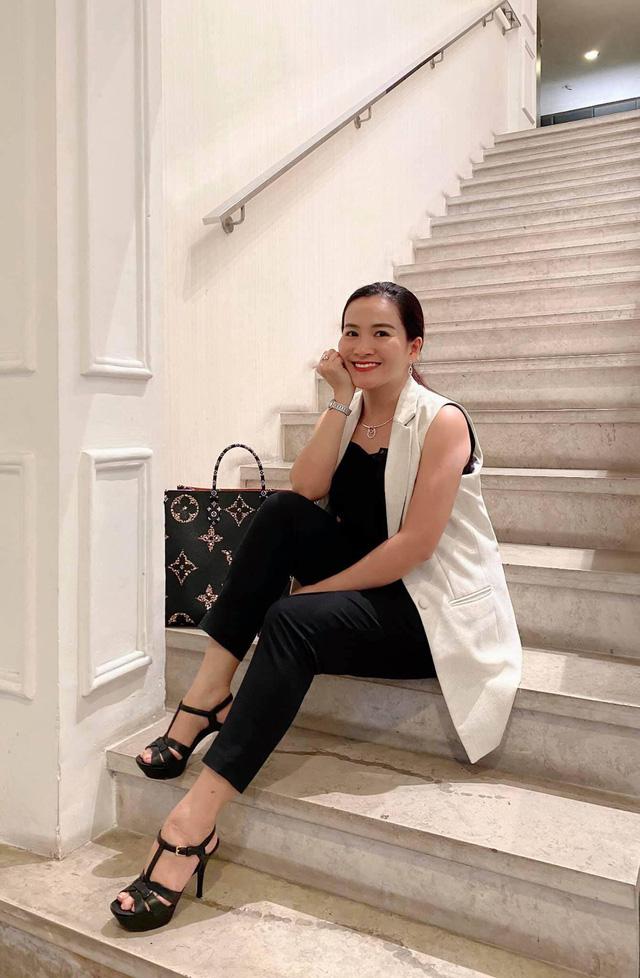 """Vợ đại gia của Bình Minh ngày thường theo style """"bánh bèo"""", nay mặc quần rách trẻ hơn cả chồng - Ảnh 4."""