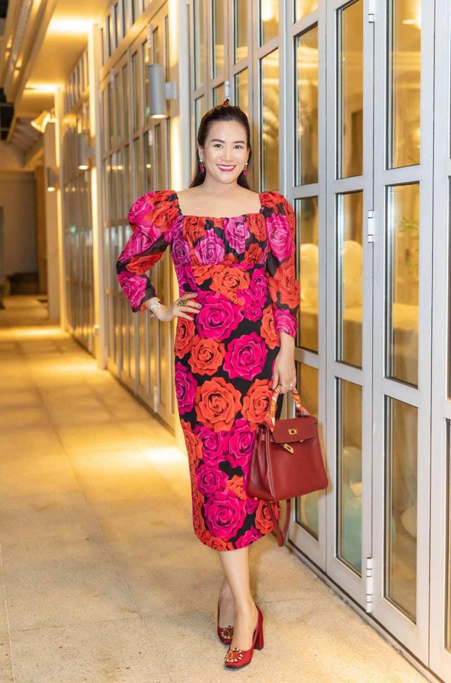 """Vợ đại gia của Bình Minh ngày thường theo style """"bánh bèo"""", nay mặc quần rách trẻ hơn cả chồng - Ảnh 9."""