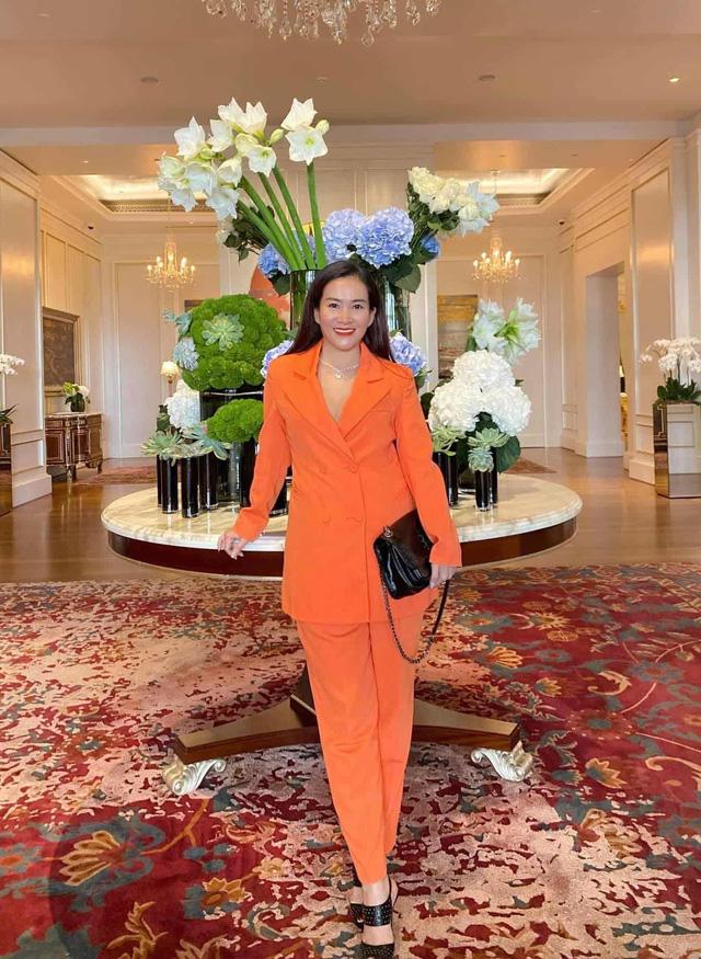 """Vợ đại gia của Bình Minh ngày thường theo style """"bánh bèo"""", nay mặc quần rách trẻ hơn cả chồng - Ảnh 6."""