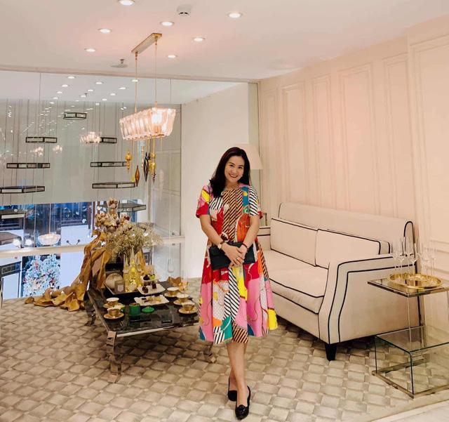 """Vợ đại gia của Bình Minh ngày thường theo style """"bánh bèo"""", nay mặc quần rách trẻ hơn cả chồng - Ảnh 10."""