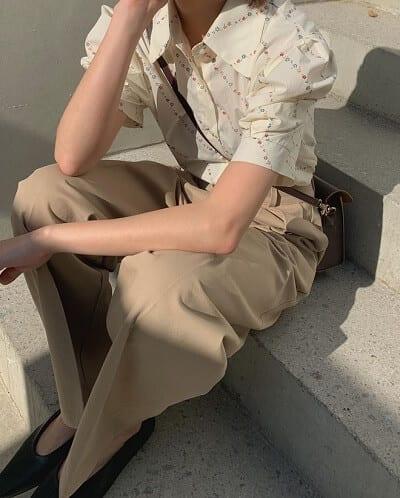 Áo blouse hoạ tiết vẫn khá cuốn hút với quần cạp cao