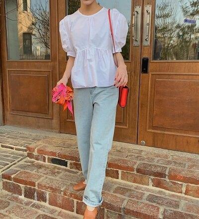 Đơn giản thôi nhưng vô cùng dễ thương với kiểu áo blouse trắng phối cùng jean cạp cao