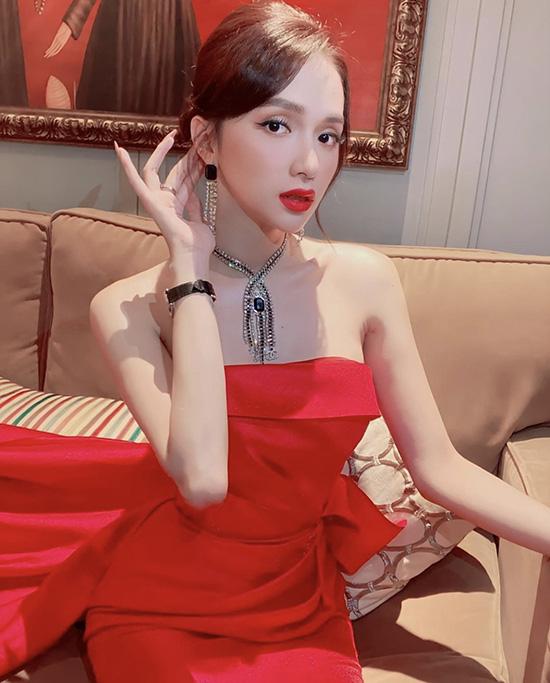 Hương Giang chọn váy áo tôn vai gầy - Ảnh 1.