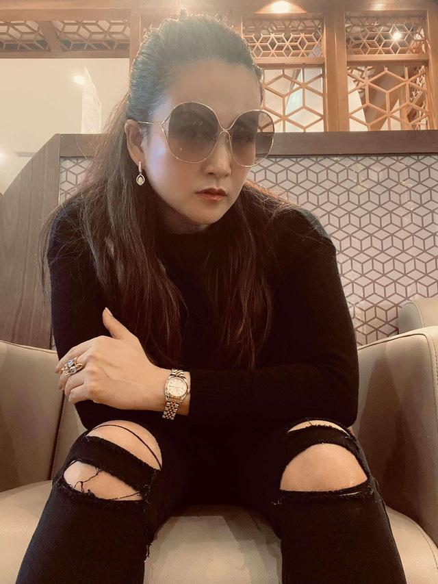 """Vợ đại gia của Bình Minh ngày thường theo style """"bánh bèo"""", nay mặc quần rách trẻ hơn cả chồng - Ảnh 1."""