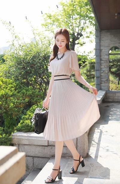 Váy liền màu trung tính, nhấn phần eo