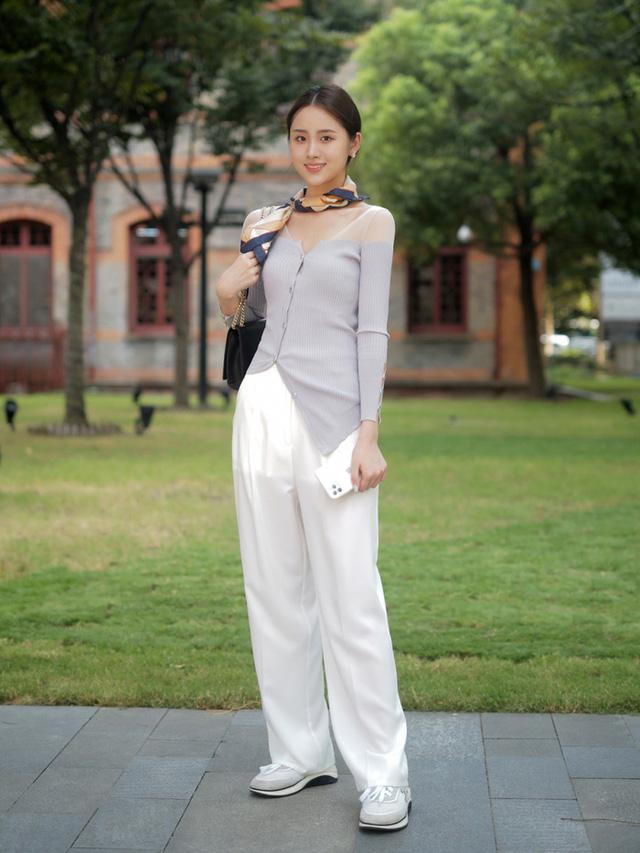 Street style Châu Á: Toàn mặc jeans cơ bản nhưng nàng nào cũng đẹp nhờ kết hợp đúng kiểu giày - Ảnh 2.