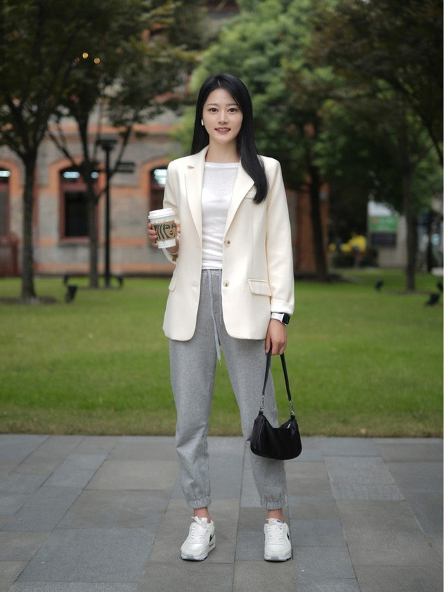 Street style Châu Á: Toàn mặc jeans cơ bản nhưng nàng nào cũng đẹp nhờ kết hợp đúng kiểu giày - Ảnh 4.