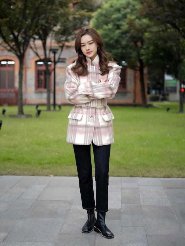 Street style Châu Á: Toàn mặc jeans cơ bản nhưng nàng nào cũng đẹp nhờ kết hợp đúng kiểu giày - Ảnh 3.