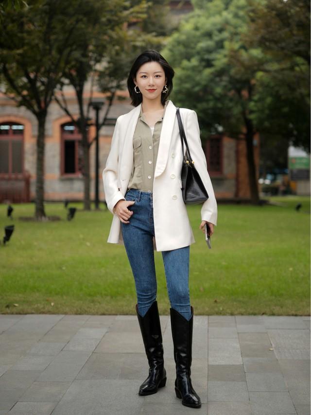 Street style Châu Á: Toàn mặc jeans cơ bản nhưng nàng nào cũng đẹp nhờ kết hợp đúng kiểu giày - Ảnh 7.