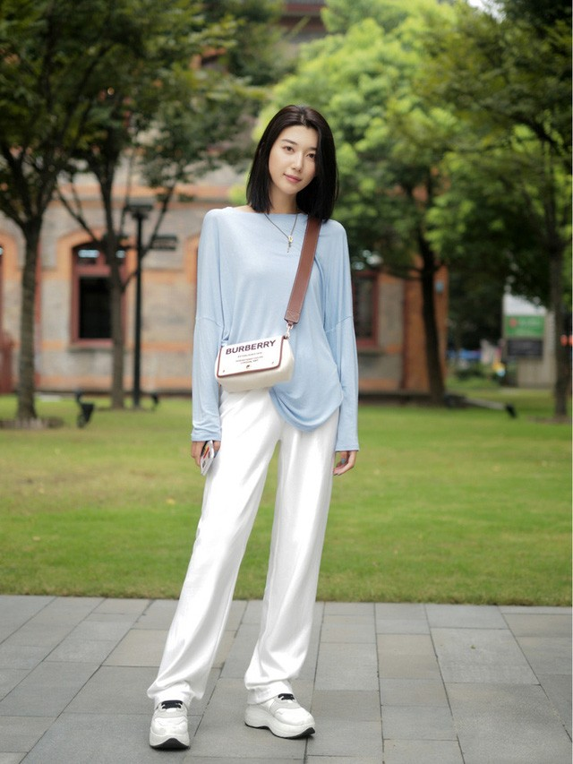 Street style Châu Á: Toàn mặc jeans cơ bản nhưng nàng nào cũng đẹp nhờ kết hợp đúng kiểu giày - Ảnh 5.