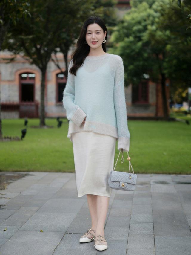 Street style Châu Á: Toàn mặc jeans cơ bản nhưng nàng nào cũng đẹp nhờ kết hợp đúng kiểu giày - Ảnh 6.