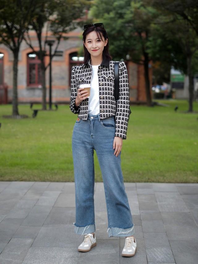 Street style Châu Á: Toàn mặc jeans cơ bản nhưng nàng nào cũng đẹp nhờ kết hợp đúng kiểu giày - Ảnh 12.