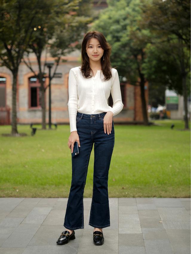 Street style Châu Á: Toàn mặc jeans cơ bản nhưng nàng nào cũng đẹp nhờ kết hợp đúng kiểu giày - Ảnh 9.