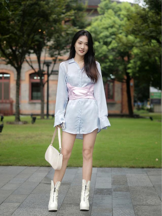 Street style Châu Á: Toàn mặc jeans cơ bản nhưng nàng nào cũng đẹp nhờ kết hợp đúng kiểu giày - Ảnh 10.