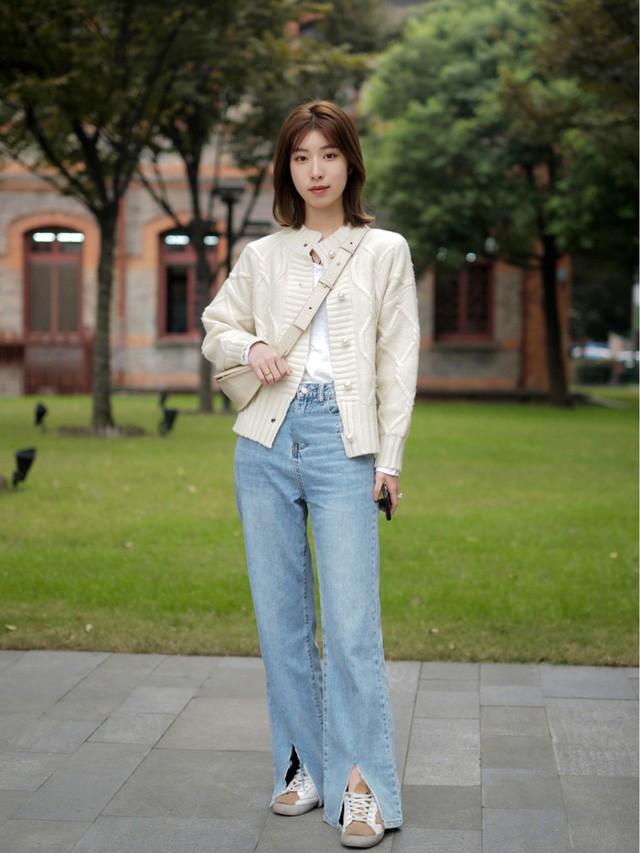 Street style Châu Á: Toàn mặc jeans cơ bản nhưng nàng nào cũng đẹp nhờ kết hợp đúng kiểu giày - Ảnh 14.