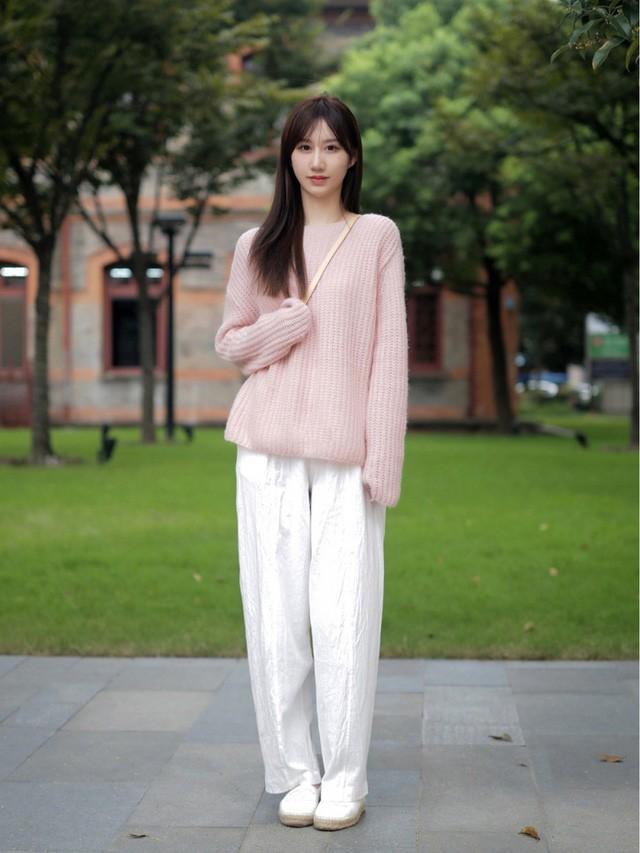 Street style Châu Á: Toàn mặc jeans cơ bản nhưng nàng nào cũng đẹp nhờ kết hợp đúng kiểu giày - Ảnh 13.
