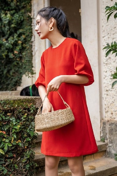 Các nàng có thể lựa chọn mặc một chiếc váy suông tay bồng màu đỏ vào ngày đầu đi làm của năm mới để may mắn cả năm