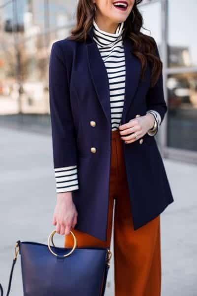 Hãy chọn một màu nhạt hơn gần cạnh nó với màu đối diện. Ví dụ phối màu xanh dương với màu cam. Đây là một nguyên tắc phối màu quần áo tương đối cơ bản.