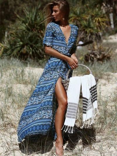 Váy maxi với hoạ tiết độc đáo kết hợp cổ chữ V và khuy bấm rất phù hợp với mùa hè nóng bức