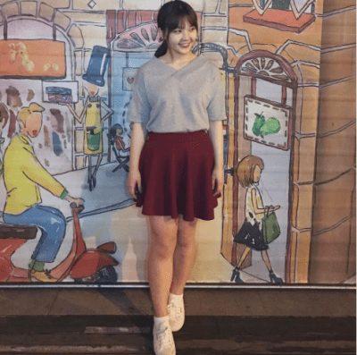 Váy mini và giày Sneaker