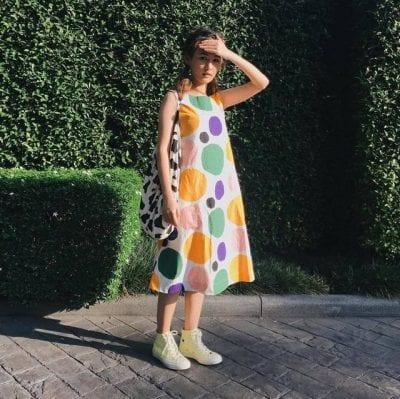 Váy chấm bi tròn kết hợp giày Sneaker