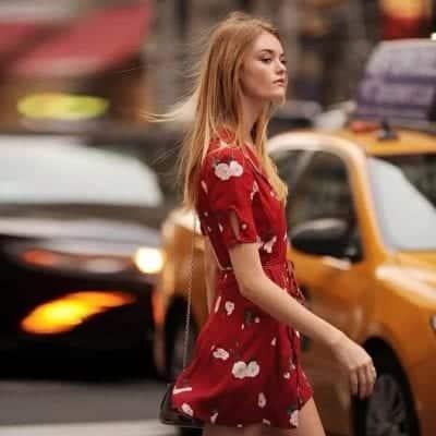 Váy đỏ buộc dây hoạ tiết hoa
