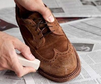 Sử dụng gôm để thay bàn chải vệ sinh giày