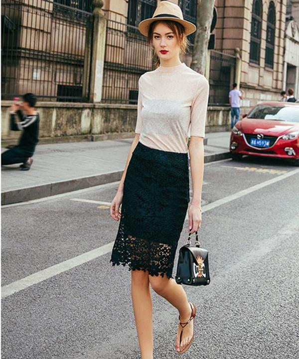 Chân váy đen ôm sát với áo phông dài tay