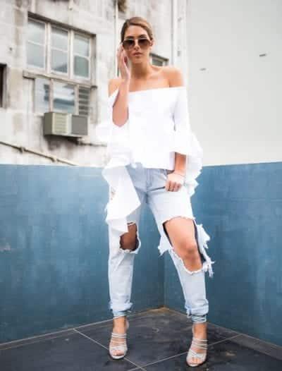 Bạn sẽ trông thật cá tính và thời trang khi phối jeans cùng áo trễ vai