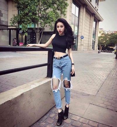 Mix quần jeans và áo Croptop sẽ cho nàng một set đồ mang hơi hướng giống như những Fashionista đường phố