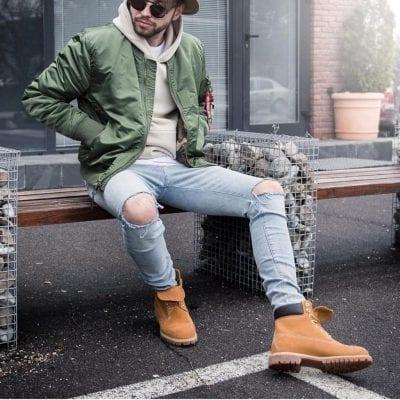 Nam tính, mạnh mẽ cùng áo khoác bomber kết hợp với quần jeans rách