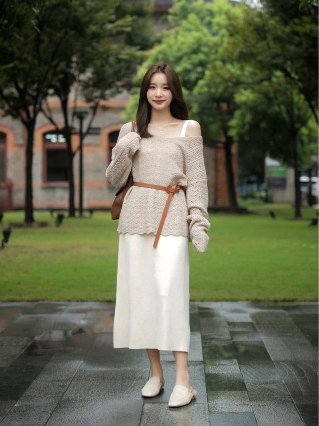 Street style Châu Á: Toàn mặc jeans cơ bản nhưng nàng nào cũng đẹp nhờ kết hợp đúng kiểu giày - Ảnh 1.