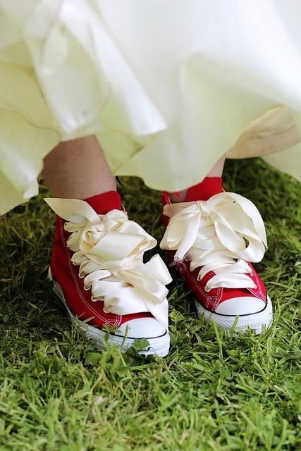 Từ món thời trang bị chê không hợp, giày sneakers giờ là amp;#34;bá chủamp;#34; tại lễ cưới hỏi - 14