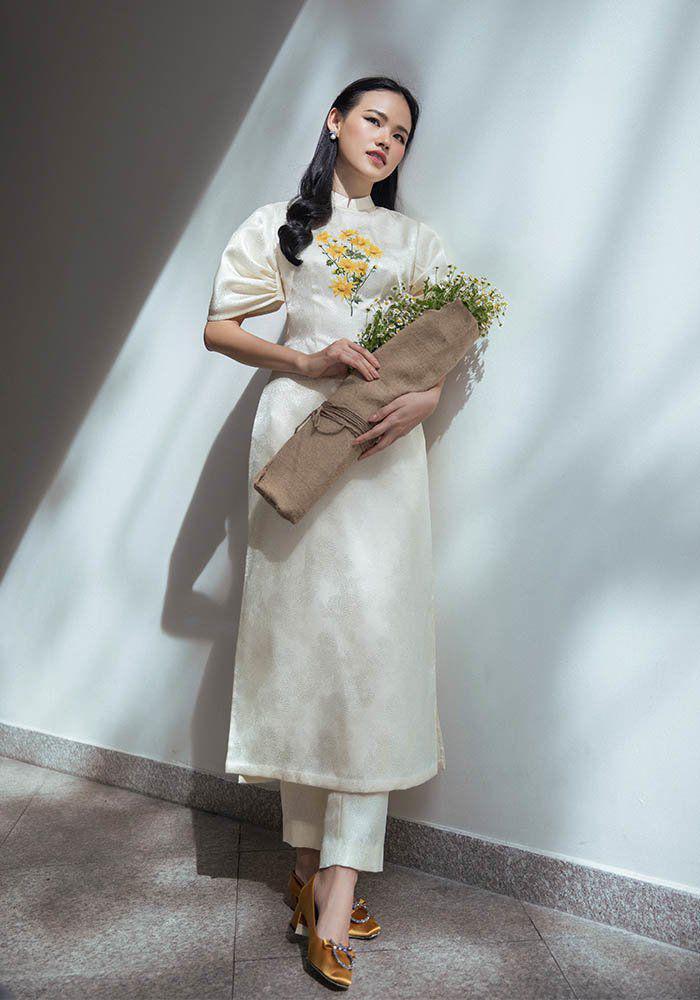 Tết 2021, mỹ nhân Việt diện áo dài cùng loạt phụ kiện thời ông bà: guốc mộc, làn đi chợ - 4