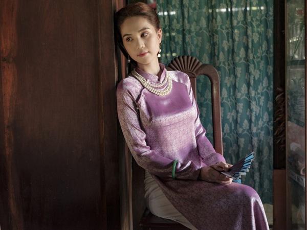 Tết 2021, mỹ nhân Việt diện áo dài cùng loạt phụ kiện thời ông bà: guốc mộc, làn đi chợ - 7