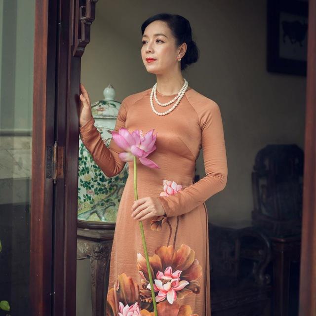 Tết 2021, mỹ nhân Việt diện áo dài cùng loạt phụ kiện thời ông bà: guốc mộc, làn đi chợ - 8