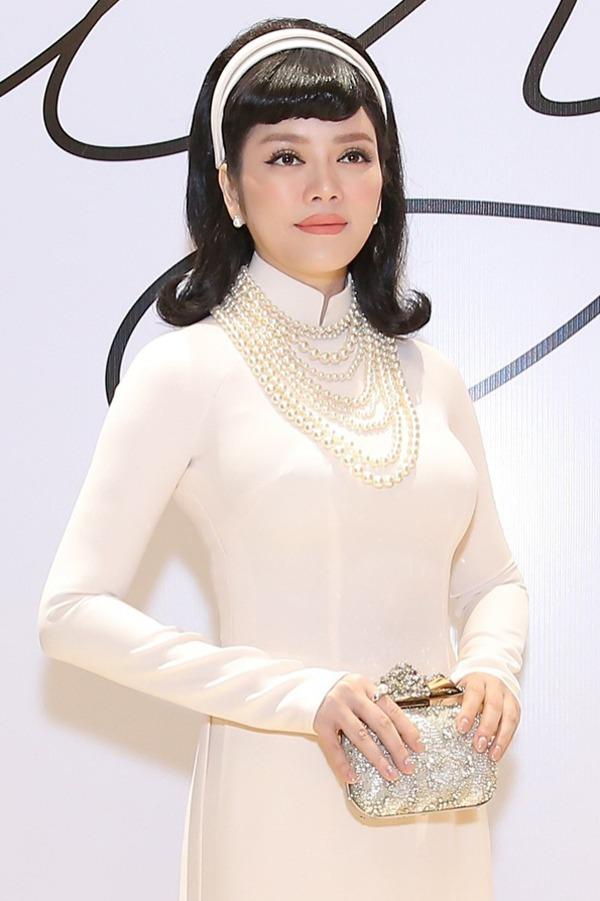 Tết 2021, mỹ nhân Việt diện áo dài cùng loạt phụ kiện thời ông bà: guốc mộc, làn đi chợ - 9