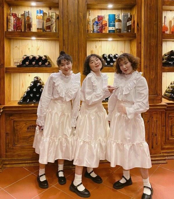 MXH xuất hiện 3 chị em sinh ba mặc váy trắng làm phụ dâu, soi style ngày thường càng mê - 1