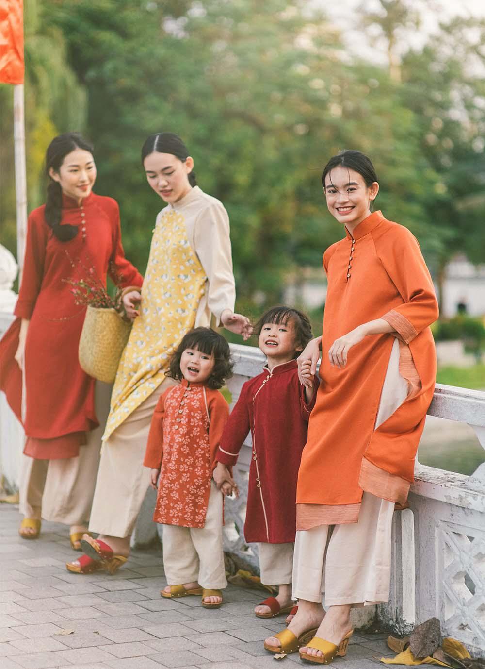 Tết 2021, mỹ nhân Việt diện áo dài cùng loạt phụ kiện thời ông bà: guốc mộc, làn đi chợ - 1