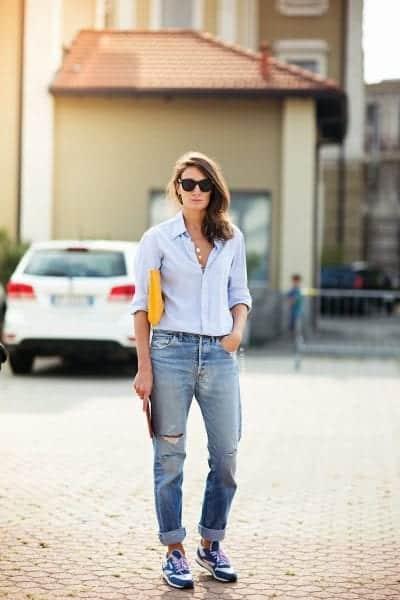 Nhã nhặn cùng cách mix giày thể thao xanh navy cùng áo sơ mi và quần Jeans xắn gấu
