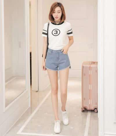 Trẻ trung với cách mix quần short nữ, áo phông cùng giày thể thao trắng