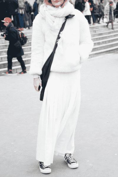 Một bộ đồ all-white với điểm nhấn là chiếc túi và giày Converse đen