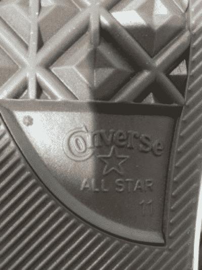 Logo Converse dưới đế giày thật