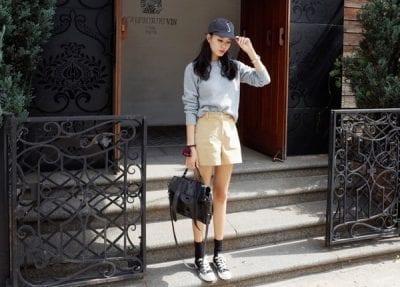 Năng động với cách phối quần Short kaki với giày thể thao converse