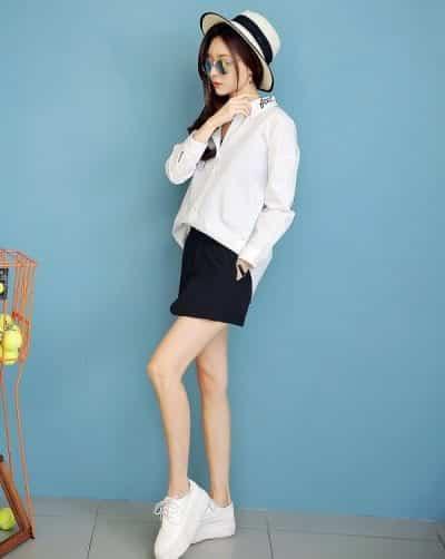 Nếu bạn muốn trở thành cô nàng năng động, tự tin thì đừng bỏ qua cách mix quần Short giả váy cùng giày thể thao này
