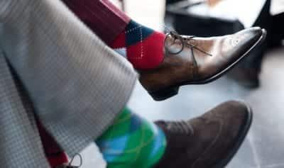 Nếu biết phối đồ một cách tinh tế thì bạn hoàn toàn có thể chọn những đôi tất màu xanh hoặc đỏ như trên