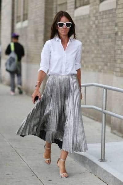 Áo sơ mi có cổ toát lên vẻ trang trọng và lịch sự, mix cùng chân váy xếp ly xám đậm có chất liệu dày dặn cho bạn một bộ trang phục đậm tính công sở